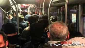 Tram super affollati e corse che saltano: la protesta dei pendolari - VeneziaToday