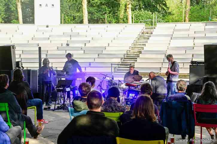 100 toeschouwers genieten van op het podium van eerste concert in OLT Rivierenhof