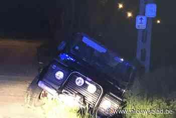 Jeep belandt in gracht