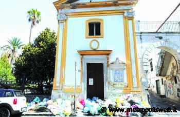 Torre del Greco, chiesetta sommersa dai rifiuti. L'anatema del parroco: «Comune assente» - Metropolis