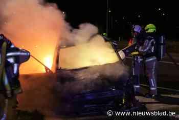 Auto brandt helemaal uit op afrit E17 (Lokeren) - Het Nieuwsblad