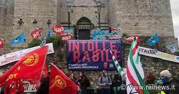 Prato, la protesta di operai e sindacati dopo la tragica morte di Luana D'Orazio - Rai News