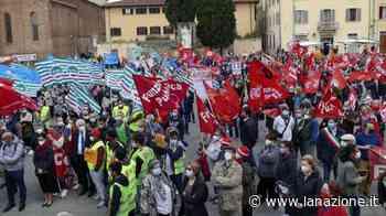 La morte di Luana: Prato si ferma, operai da tutta la Toscana in piazza - LA NAZIONE