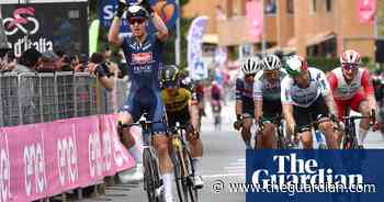Tim Merlier holds off Italian duo to win second stage of Giro d'Italia