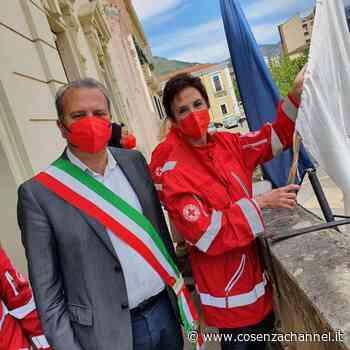 Castrovillari: bandiera della Croce Rossa al balcone del palazzo di città - Cosenzachannel.it