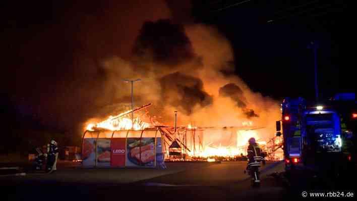 Supermarkt in Ahrensfelde in der Nacht abgebrannt - rbb24