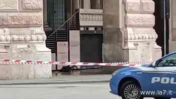 Allarme bomba a Genova. La polizia fa brillare uno zaino abbandonato - La7