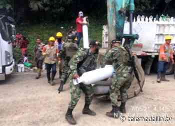 Ciudadanos ayudaron a trasladar pipetas de oxígeno en un derrumbe en Dabeiba - Telemedellín