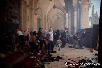 Israeli police and Palestinians clash at Jerusalem holy site