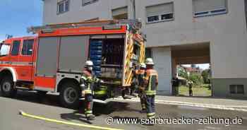 Feuerwehr löscht bei Brand in Burbach ein Carport - Saarbrücker Zeitung