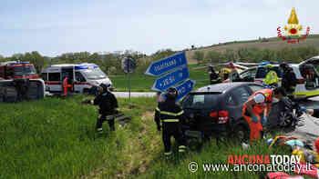 Schianto tra due auto poi una si ribalta: sul posto l'eliambulanza, 4 feriti - AnconaToday