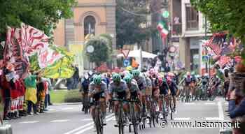 Il passaggio del Giro d'Italia nel centro di Alba - La Stampa