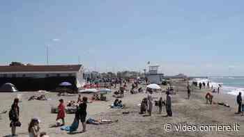 Aria d'estate al Lido di Ostia: tanti al mare per la prima tintarella - Corriere TV