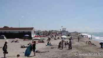 Roma, aria d'estate sul Lido di Ostia: tanti al mare per il primo sole - Italia - Agenzia ANSA