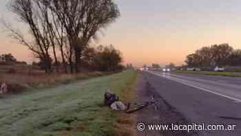 Iba hacia Funes en bicicleta por la autopista Rosario - Santa Fe lo chocó una moto y terminó internado - La Capital (Rosario)