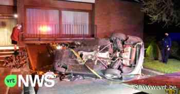 Auto rijdt te pletter tegen woning in Tielt: drie inzittende twintigers lichtgewond, maar materiële schade is enorm - VRT NWS