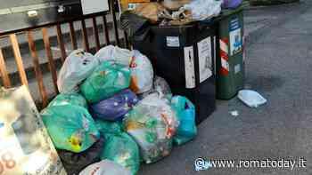 Montagne di rifiuti davanti alle case: così il quartiere dell'ex TMB diventa una discarica