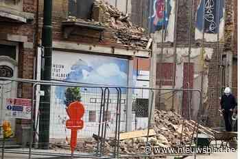Muur vlak naast school stort in tijdens afbraak: tien buurtbewoners moeten op hotel