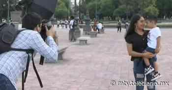 Día de las Madres. Jóvenes toman fotos gratis en Centro de Monterrey - Telediario Monterrey
