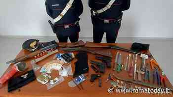"""Bombe, fucili e arnesi da scasso: scoperti gli """"attrezzi del mestiere"""" di una banda"""