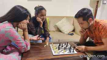 Arunita, Pawandeep And Anjali Play Monopoly And Chess In The Leisure Time - Lehren