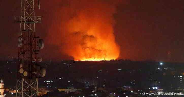 Israele, pioggia di bombe su Gaza: 28 morti palestinesi, tra cui 10 bambini. Dall'enclave razzi anche su Tel Aviv: uccisa una donna