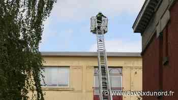 Orchies : la grande échelle pour sécuriser une toiture fragilisée par le vent - La Voix du Nord