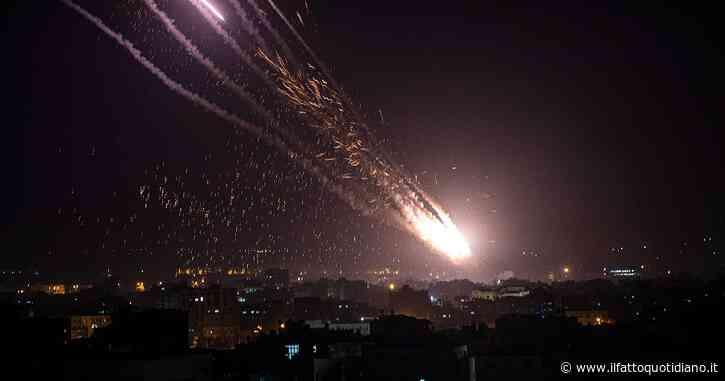 Israele, pioggia di bombe su Gaza: 28 morti palestinesi, tra cui 10 bambini. Dall'enclave razzi anche su Tel Aviv: uccisa una donna. Colpito un oleodotto strategico ad Ashkelon