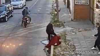 """Castelar: detienen a un inspector de tránsito tras cometer un violento asalto como """"motochorro"""" y tirotearse con la Policía - La Prensa (Argentina)"""