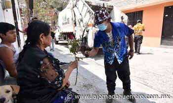 Tiktokeros de la capital regalan rosas por el Día de las Madres - La Jornada Guerrero