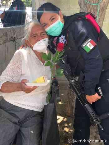 Llevan despensas y rosas a mujeres de la tercera edad - Hoy