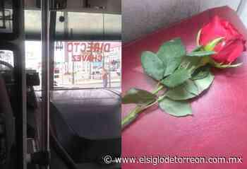 Aplauden a chofer de autobús de Torreón que regaló rosas por el Día de la Madre - El Siglo de Torreón