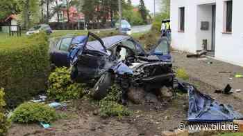 Stemwede: Fahrer (24) nach Hauswand-Crash fast unverletzt - BILD
