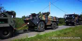 Le véhicule blindé de l'armée a viré dans le fossé pour éviter un chauffard, le remorquage a commencé