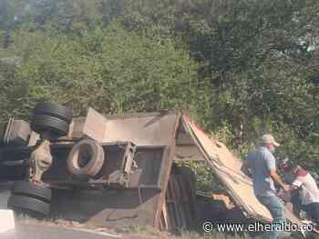 Saquean camión accidentado en la vía Puebloviejo - Barranquilla - EL HERALDO
