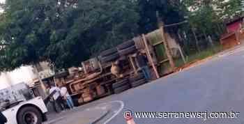 Caminhão de lixo tomba no Trevo de Itaocara – Serra News | Notícias do interior do Rio de Janeiro - Serra News
