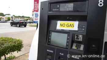 Sprit an US-Tankstellen wird nach Cyberattacke knapp: Kundin füllt Benzin in Plastiktüten ab