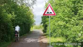 Maintal: Stadt weist mit Schildern auf Schäden am Radweg hin – Radler sind verärgert - op-online.de