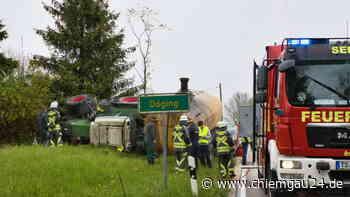 Seeon-Seebruck/Truchtlaching: Traktor mit Tankanhänger kommt von Straße ab und kippt um - eine Person schwe... - chiemgau24.de