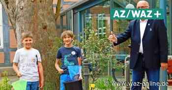 Meinersen: Warum der Bürgermeister zwei Jungen Süßigkeiten und einen Eimer schenkt - Wolfsburger Allgemeine
