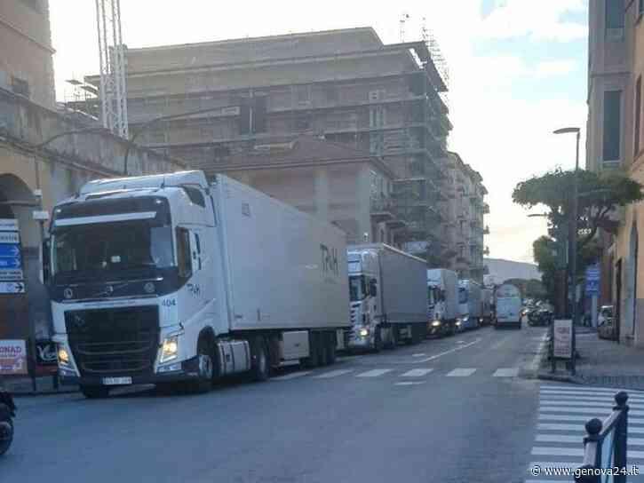Viadotto A12, le colonne di tir invadono Lavagna, Sestri Levante e Riva Trigoso - Genova24.it