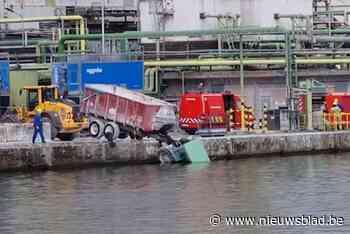 Tractor belandt in kanaal in Ruisbroek: scheepvaartverkeer stilgelegd