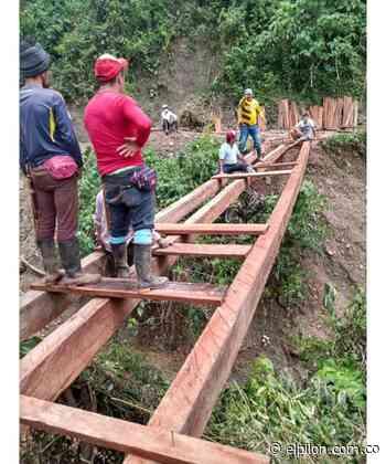 En Manaure campesinos construyeron puente de madera para no quedar incomunicados - ElPilón.com.co