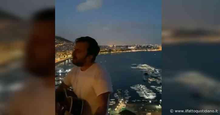 """La serenata speciale di Cesare Cremonini, affacciato sul Golfo di Napoli canta """"Poetica"""": l'esibizione è emozionante – Video"""