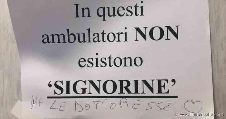 """""""In questi ambulatori non esistono 'signorine', firmato Le Dottoresse"""": a Frattamaggiore il cartello di protesta dei medici donna"""