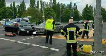 Unfall in Niederkassel: Autos prallen beim Abbiegen zusammen - Ein Verletzter - General-Anzeiger Bonn
