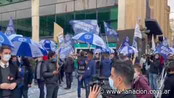 Coronavirus: en Abasto, trabajadores de shoppings protestan y exigen la reapertura - LA NACION