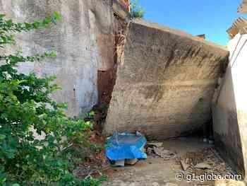 Muro de arrimo desaba e atinge três casas em Governador Valadares - G1