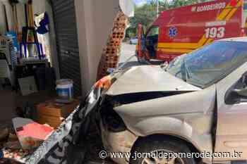 Carro colide em loja de material de construção, em Doutor Pedrinho - Jornal de Pomerode