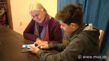 Corona und Internet: In Strausberg sollen Oma und Opa aus der digitalen Isolation geholt werden – Schüler gesucht - moz.de